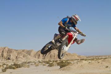 USA, Kalifornien, Motocrosser springend auf Palm Desert