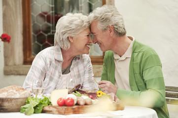 Italien, Südtirol, Älteres Paar mit ihren Snacks im Gästehaus