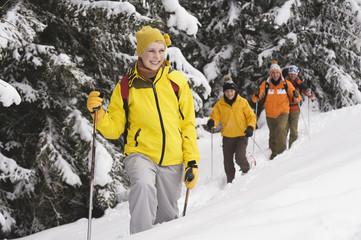 Italien, Südtirol, Jugendliche in Winterkleidung, Wandern