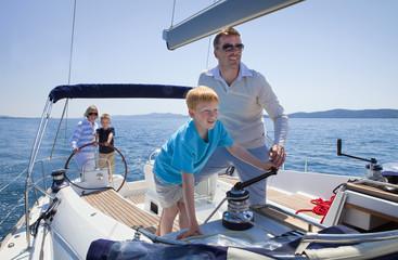Kroatien, Zadar, Familie auf Segelboot