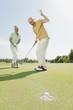 Spanien, Mallorca, älteres Paar, Senioren auf dem Golfplatz, Mann jubelt
