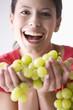 Junge Frau mit Weintraube, lachen