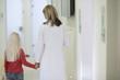 Deutschland, Bayern, Landsberg, Mädchen beim Zahnarztbesuch