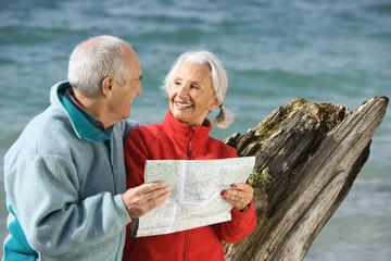 Deutschland, Bayern, Walchensee, älteres Paar sucht auf Landkarte