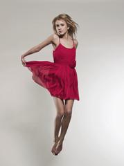 Frau mit Kleid, springend
