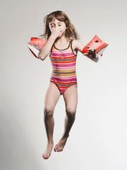 Mädchen mit Schwimmflügeln
