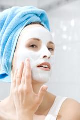 Frau mit Beauty-Maske