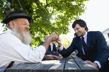 Deutschland, Bayern, Oberbayern, Zwei Männer im Biergarten, Fingerhakeln