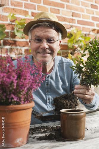 Deutschland, Kratzeburg, Älterer Mann beim Gärtnern