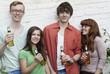 Deutschland, Berlin, Junge Männer und Frauen mit Bierflaschen