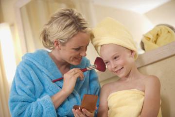 Mutter mit Tochter in Bad