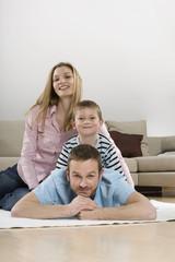Eltern und Sohn zu Hause