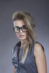 Junge Frau im Retro-Stil gegen grauen Hintergrund