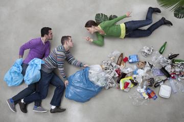 Frau zeigt auf Mann der Müll wirft