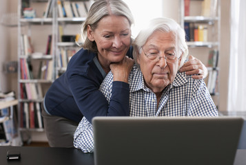 Deutschland, Wakendorf, älteres Paar, Senioren mit Laptop