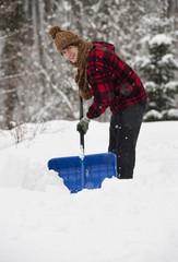 Österreich, Junger Mann, Schneeschaufeln
