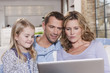 Deutschland, Köln, Familie auf dem Sofa mit Laptop