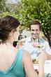 Italien, Südtirol, Paar im Restaurant, prosten sich zu