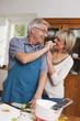 Deutschland, Kratzeburg, erwachsener Mann lässt Gurke probieren