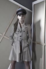 Junge Frau, Polizistin im Mantel