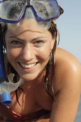 Italien, Sardinien, Frau am Strand tragen Schnorchel Maske