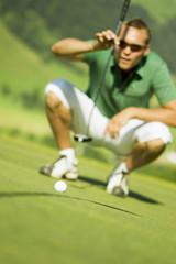 Golfspieler auf dem Platz, Hocken