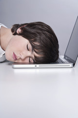 Junge schläft auf dem Laptop