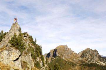 Paar steht auf dem Gipfel