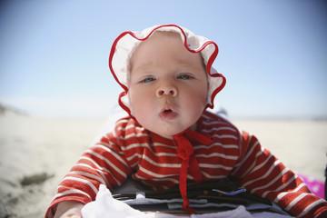 Niederlande, Ameland, Baby am Strand, close up