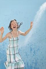 Deutschland, Mädchen springendd im Wasser