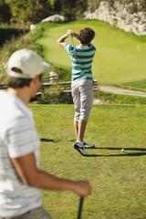 Italien, Kastelruth, Golfspieler auf Golfplatz