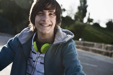 Deutschland, Berlin, Teenager mit Kopfhörer