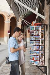 Spanien, Mallorca, Palma, Paar schaut auf Postkarten