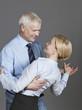 Älteres Paar tanzt und lächelt
