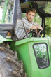 Bauer sitzt auf Traktor