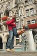 Deutschland, Bayern, München, Marienplatz, Paar stehend von Brunnen, umarmen sich
