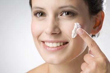 Junge Frau Anwendung Creme Schönheit, close up