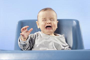 Baby Hochstuhl weinen, die Augen geschlossen