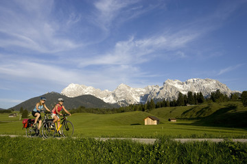 Deutschland, Bayern, Mittenwald, Zwei Frauen Mountainbike über Autobahn