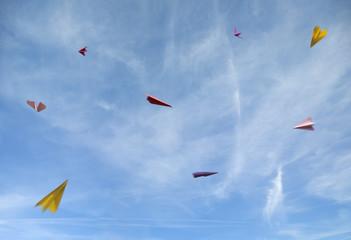 Deutschland, Bayern, Papierflieger fliegt in den Himmel