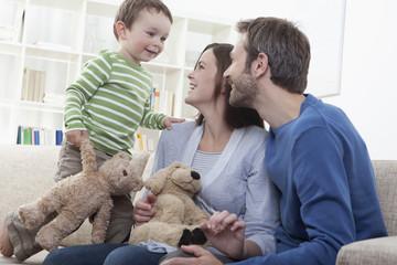Deutschland, Bayern, München, Familie spielen zusammen im Wohnzimmer