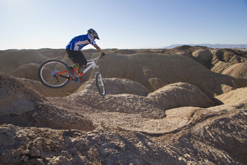 USA, Kalifornien, Mountainbiker springend in der Luft