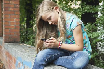 Deutschland, Berlin, Mädchen mit Handy