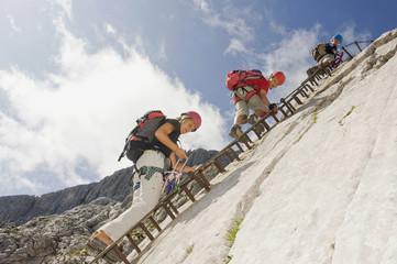 Deutschland, Garmisch-Partenkirchen, Alpspitz, Mutter und Söhne , Klettern Felswand auf Leiter