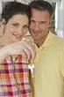 Deutschland, Bayern, Gröbenzell, Paar hält Hausschlüssel, Lächeln