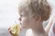 Deutschland, Bayern, Mutter mit Kind, das Apfel isst