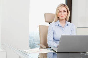 Deutschland, Frankfurt, Geschäftsfrau mit Laptop
