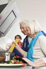 Deutschland, Leipzig, Mann und Frauen, Kochen