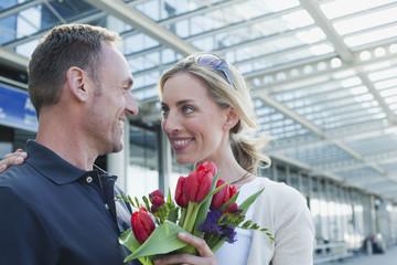Deutschland, Leipzig-Halle, Flughafen, Paar mit Blumen