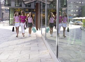 Teenager mit Einkaufstasche